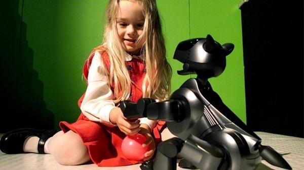 Samantha Kraft with a Sony AIBO robotic dog