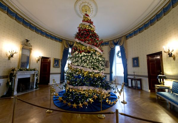 The White House at Christmas-time via VR